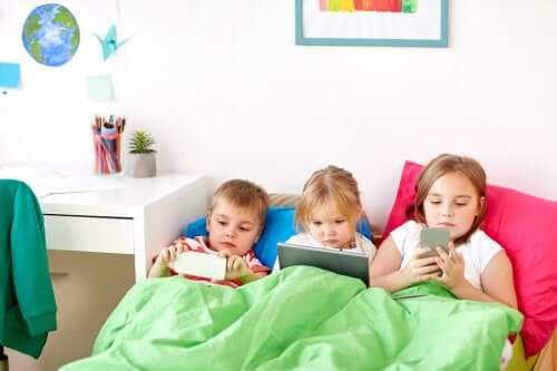 Trois enfants dans un lit