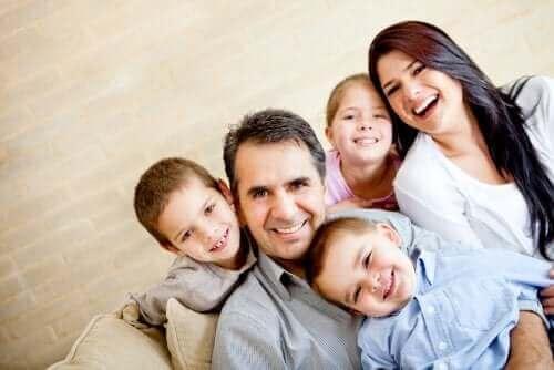 famille nombreuse heureuse parmi les familles recomposées