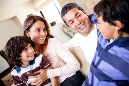 famille discutant sereinement