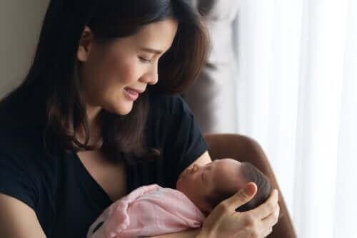 femme avec son bébé en post-partum