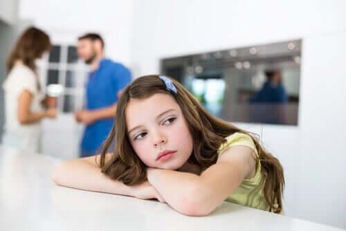 petite fille qui s'ennuie sur la table