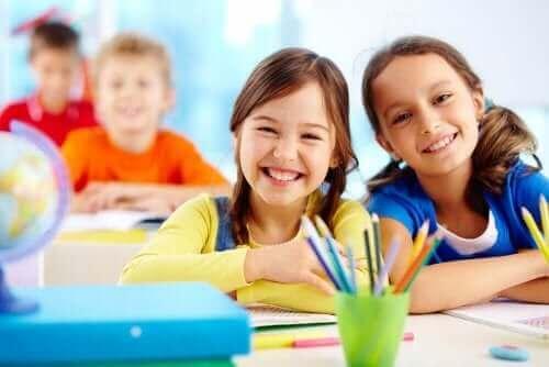 jeunes filles souriantes à l'école