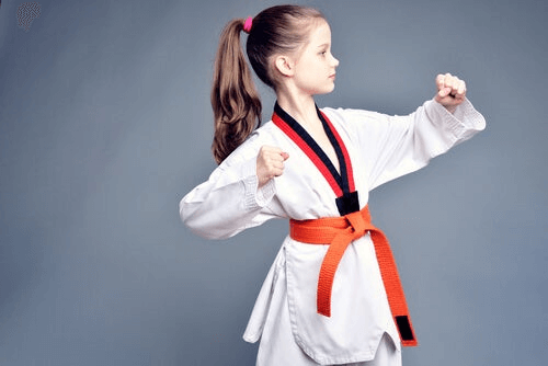 Une fillette fait du judo