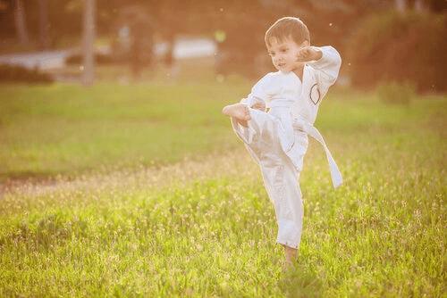 Petit garçon qui fait des mouvements
