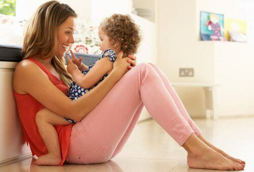 mère qui joue avec son bébé