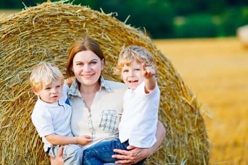 Une femme et ses deux enfants