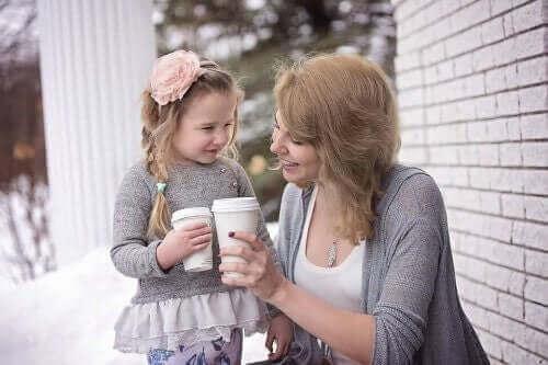 une mère et sa fille, heureuses ensemble