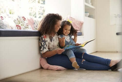 mère lisant à sa fille