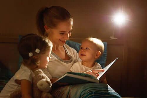 mère lisant à ses enfants