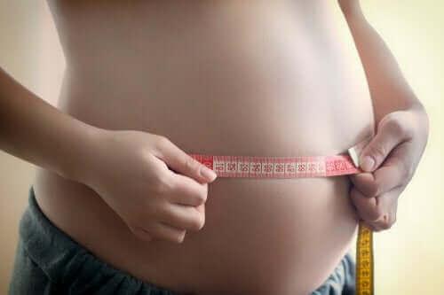 femme mesurant son ventre pendant sa grossesse