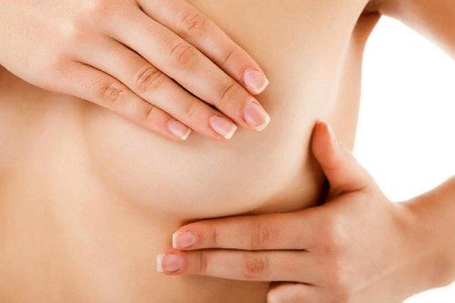 Une femme se palpe les seins