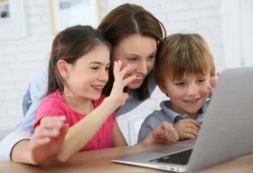 femme et ses enfants devant un ordinateur