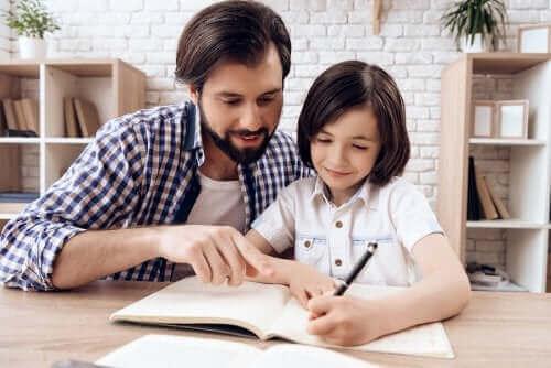 père et fille faisant les devoirs