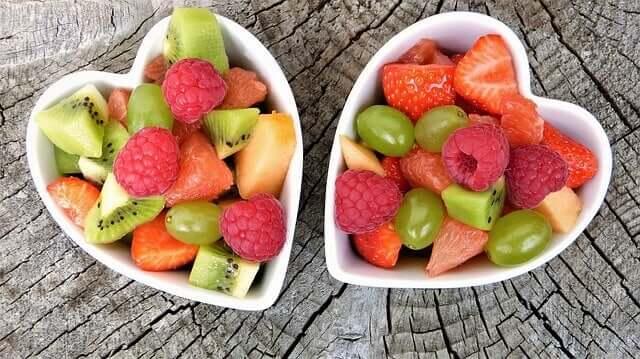 Salade de fruits dans des plats en forme de coeur
