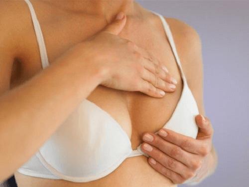 Réaliser un auto-examen des seins