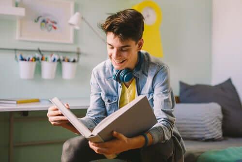 Un adolescent qui lit un livre