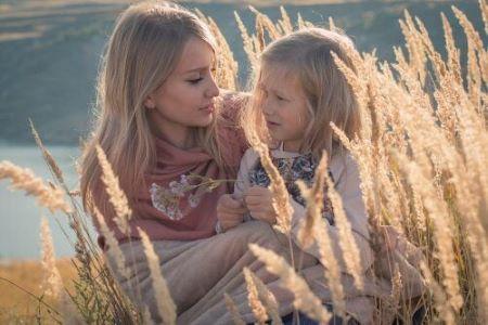 Une mère avec sa fille dans un champ