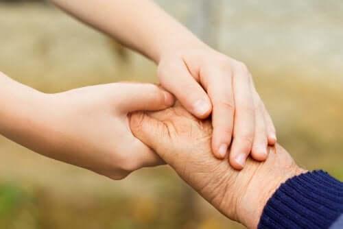 Enfant et grand-parent se tiennent par la main