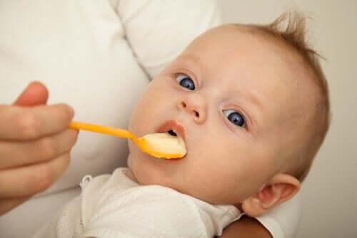 Commencer avec les aliments solides dans l'alimentation de mon bébé