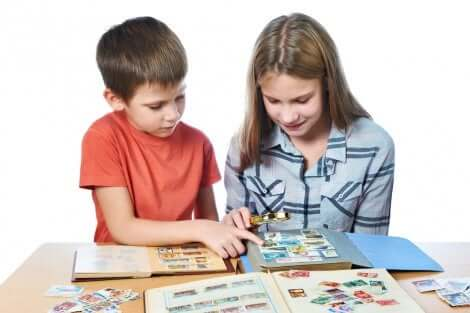 Un enfant partage sa collection d'images avec un autre