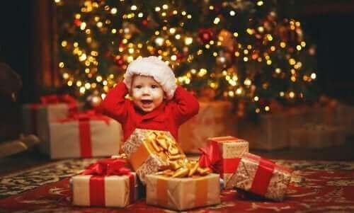 Un bébé au milieu de ses cadeaux de Noël.