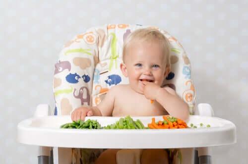 bébé qui mange des fruits et légumes