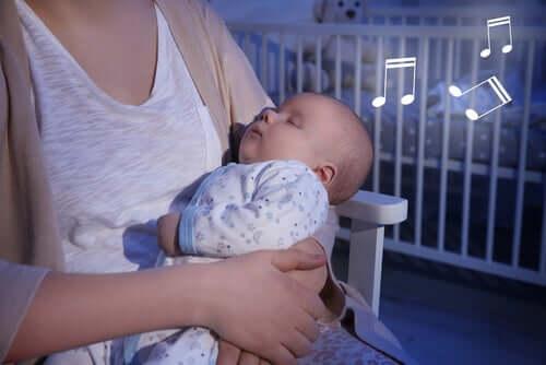 Une mère chante une berceuse