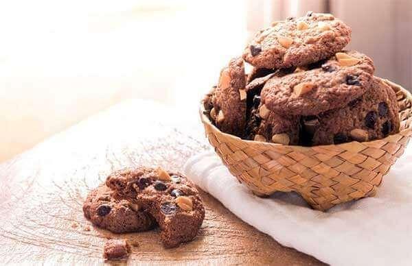 Une table avec des biscuits au chocolat
