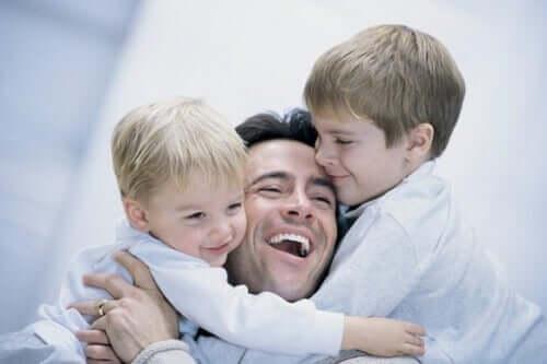 papa tenant ses deux enfants