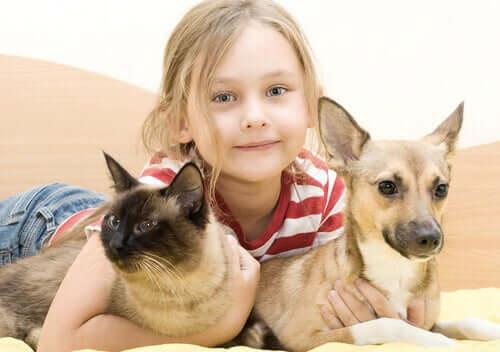 Une fillette avec son chien et son chat