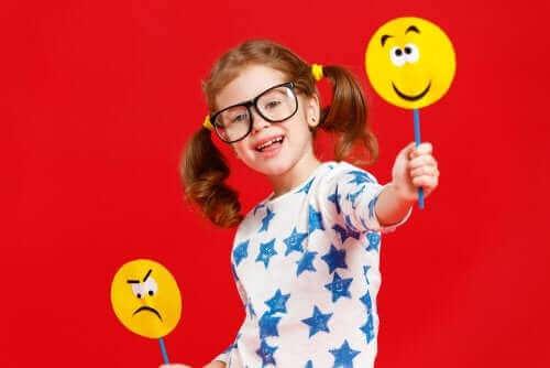 Une fillette avec des smileys
