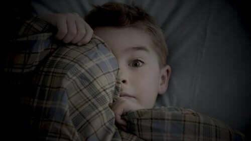 Un enfant qui se cache par peur