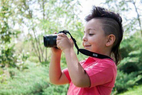 Un enfant prend des photos