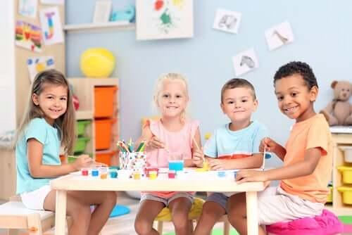 enfants en classe maternelle