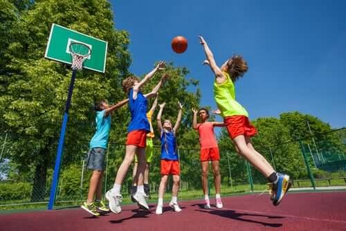 garçons jouant au basket