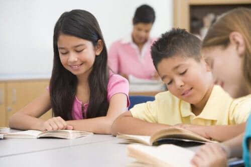 Des enfants lisant en classe
