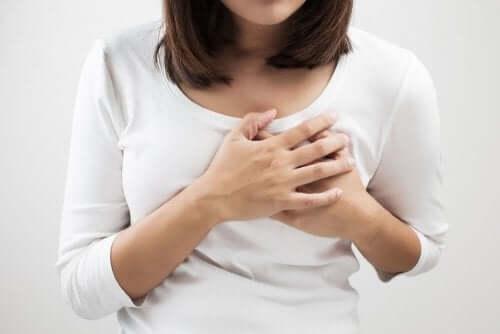 Une femme qui a des douleurs au sein