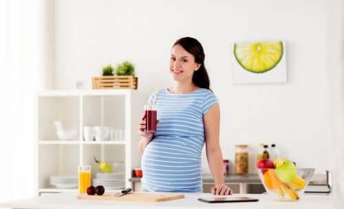 femme enceinte buvant un jus de fruits