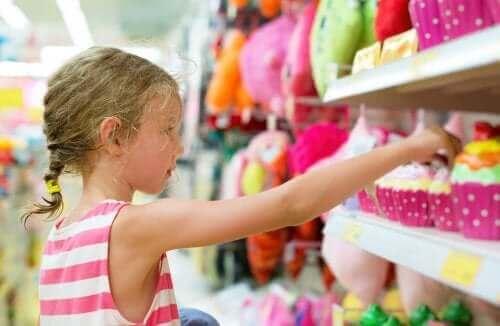 jeune fille achetant un jouet