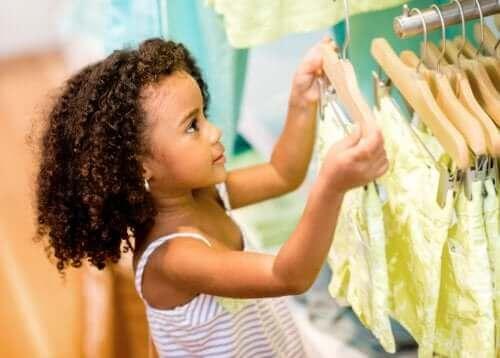 fille achetant des vêtements