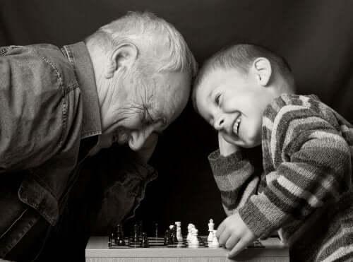 Un grand-père et son petit-fils