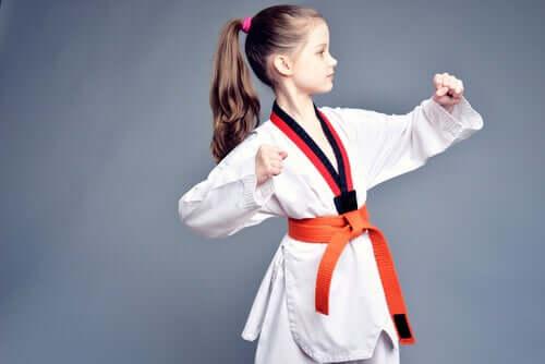 Jeune fille pratiquant les arts martiaux