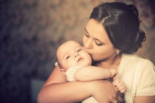 Une mère embrassant son enfant