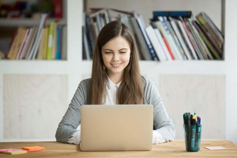 Une étudiante devant son ordinateur