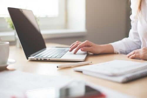 femme freelance avec son ordinateur