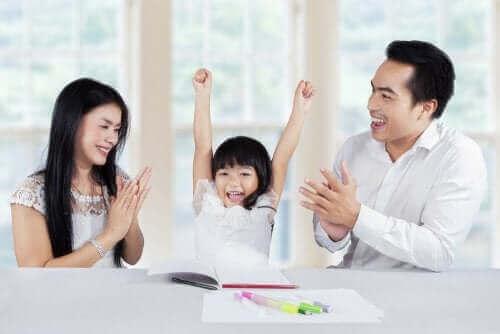 parents félicitant leur fille