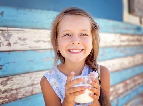 Une petite fille qui boit du lait