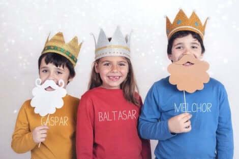 3 enfants déguisés.