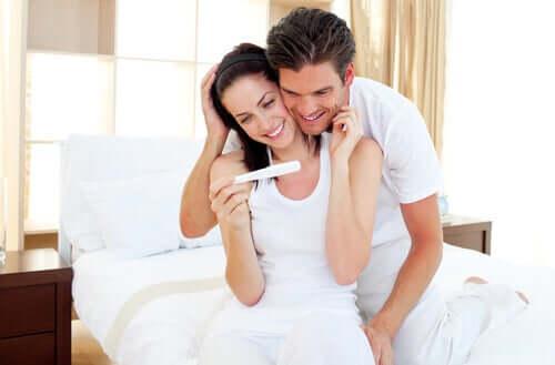Un couple et un test de grossesse