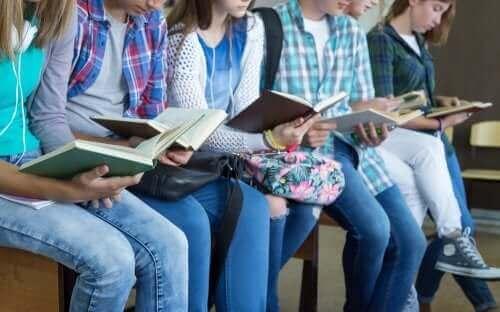 Des adolescents qui lisent